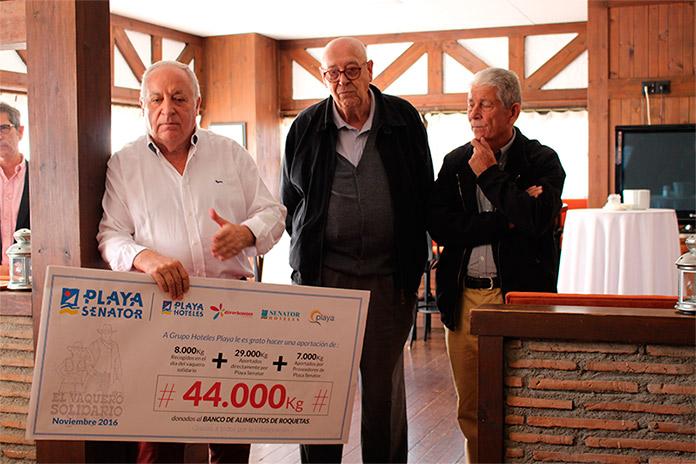 José María Rossell hace entrega de un cheque simbólico que representa la cantidad donada por Grupo Hoteles Playa