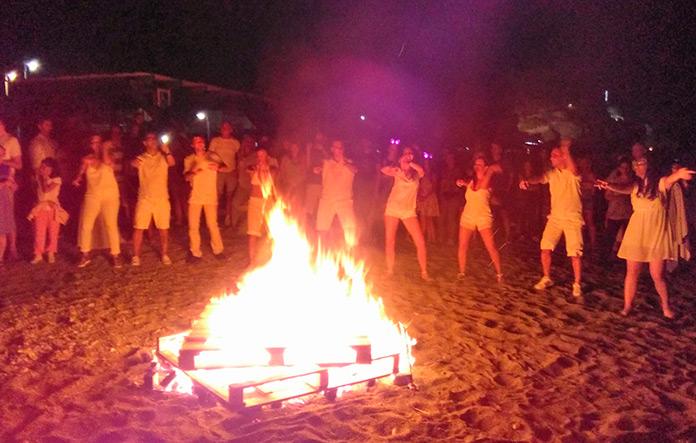 Sesión de baile en grupo en la playa
