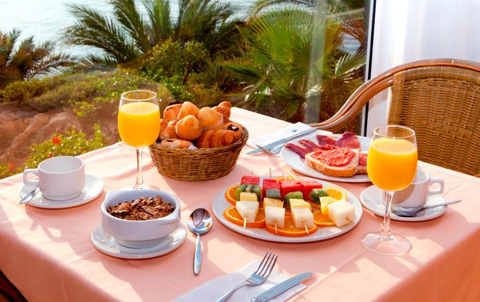 Desayuno en la terraza de uno de los hoteles de Playa Senator