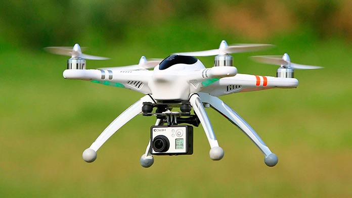 Dron con cámara de acción en pleno vuelo
