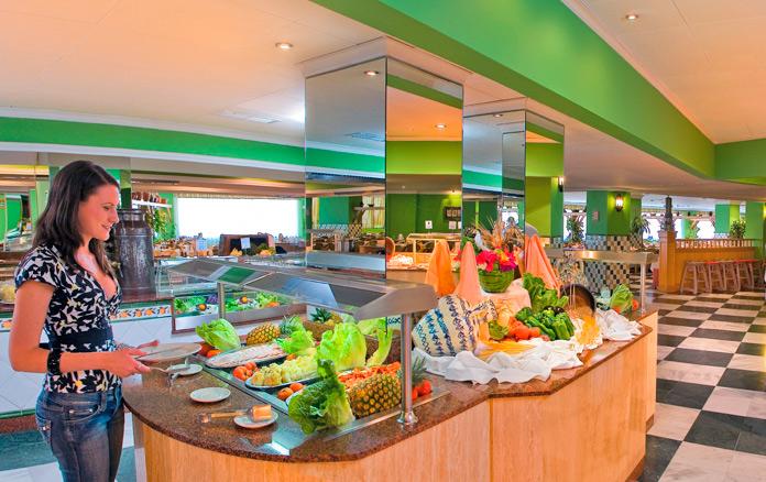 Mujer eligiendo su menu en el buffet de Playa Senator