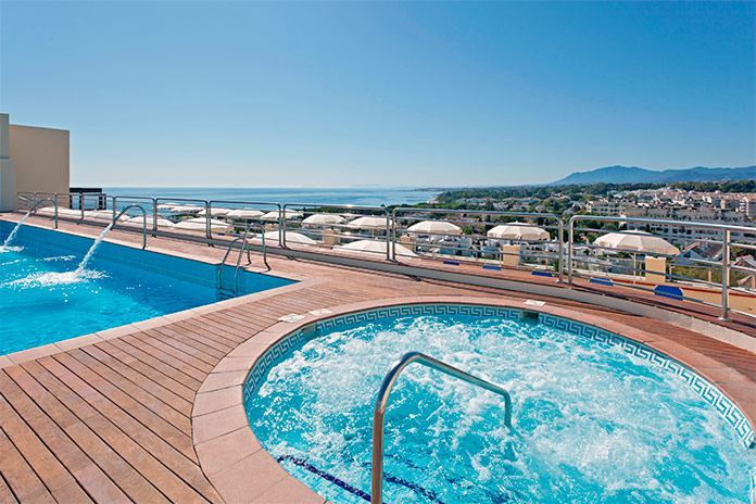 Piscina de la terraza del Senator Marbella Spa Hotel