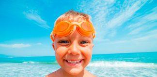 Niño feliz en una playa