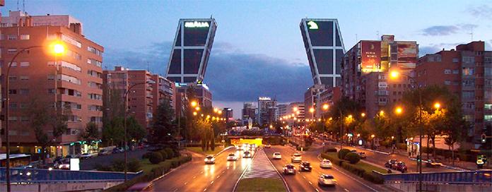 Paseo de la Castellana en Madrid con las Torres Kio al fondo