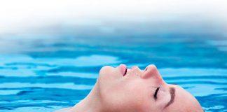 Mujer relajada en una piscina
