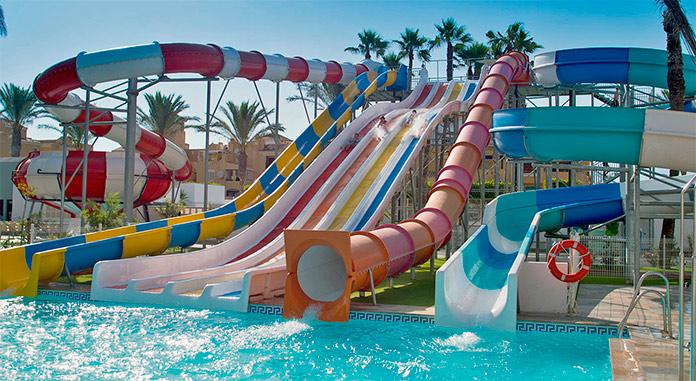 Conjunto de divertidos y coloridos toboganes en el Playasol Spa Hotel