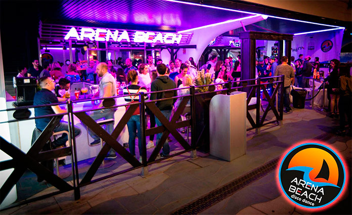 Gente disfrutando en el Arena Beach Disco playa