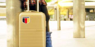 Turista alemana en aeropuerto, preparada para iniciar un viaje