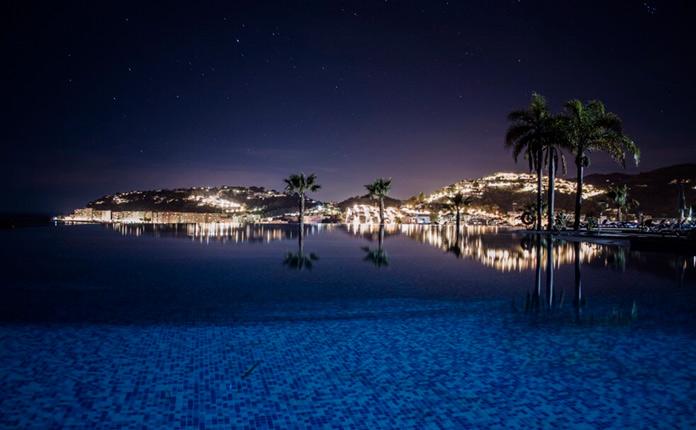 Piscina del Playacalida Spa Hotel de noche