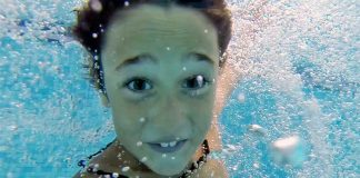 Niño disfrutando de un chapuzón en una piscina de Playa Hoteles