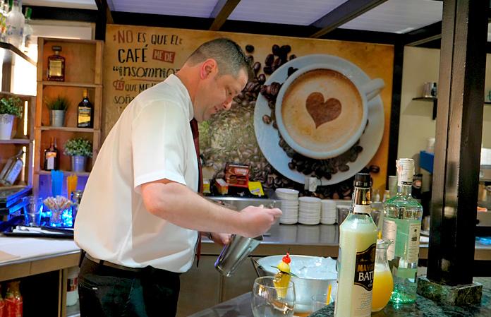 Barman del Playacapricho Hotel