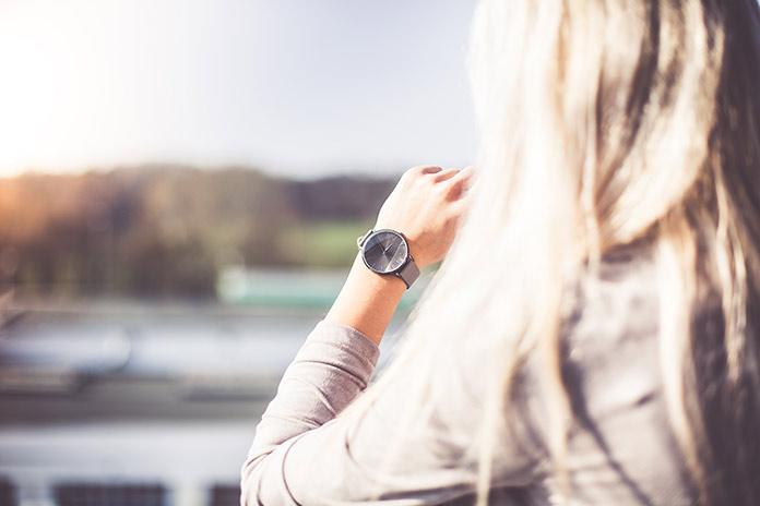 Mujer mirando un reloj